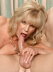 Mature babe takes a dicking.
