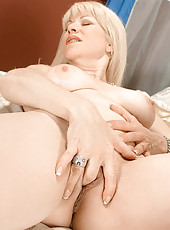 Mature blonde stretches wrinkled pussy lips
