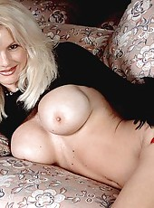 Hot MILF exposes every bit of pink
