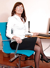 While alone in the office Bella Roxxx slips her fingers deep in her cougar pussy