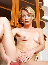 Experienced mature Anilos Daniela tortures her pussy with a thick bumpy dildo