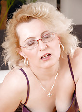 Anilos milf Jane will awaken your sexual appetite as she masturbates with her vibrator in her bed