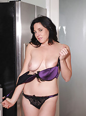 Mature Anilos Karen Kougar stuffs her cougar pussy with a crystal clear glass dildo