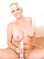 Classy milf Robbye Bentley maintains her slender body by working out with a magic wand