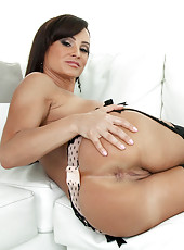 Naked mature Lisa Ann gets horny while having phone sex