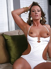 Sexy milfshake 3some of amazing pussy lickin and fuckin with mariah and her babes
