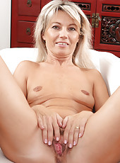 47 year old Darlind stuffs a finger into her mature and trimmed beaver