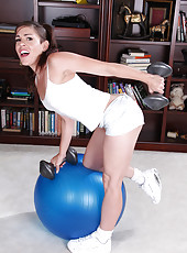 Athletic Annabelle Genovisi gets naked and has fune with her piloti ball