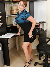 Mature office babe Jessica Zara takes a break to spread her legs