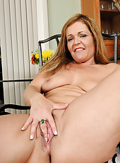 43 year old MILF Kelly gets herself hot and plants her pussy on a toy