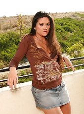 From the balcony Stephanie Swift spreads her legs wide for you