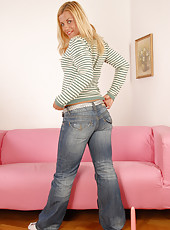 Older blonde hottie peels off her demin jeans and poys her pussy