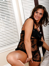 Nicely tanned Klara probles her mature pussy with a bright pink dildo