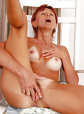 47 year old Kate loves to feel her experienced fingers on her pussy