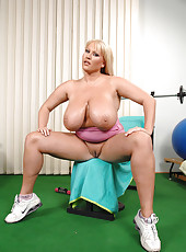 Big babe Laura M. having fun in the gym