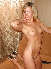 Bombshell wife posing in the nude