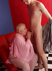 Overweight old sex bomb loves taking it in her pussy and ass