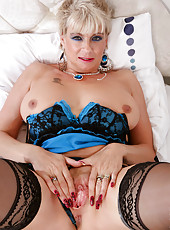 Busty mature Dimonte spreads her cougar pussy