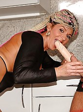 Mature bitch screwin in the kitchen and gets cumshot