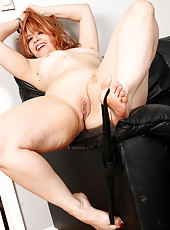 Redheaded MILF Pandora James gets naked and plays with her toes