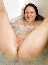 39 year old Amber L gets naked and has a hot pee in the bathtub