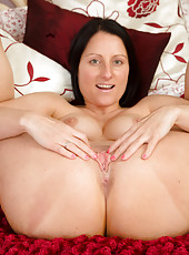 Beautiful MILF Amber L from AllOver30 pulling her mature pussy