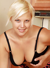 Blonde 32 year old housewife Kelly L gets naked and spreads in here