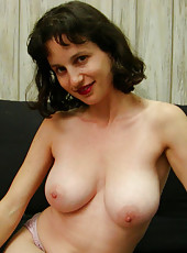 Russian hosuewife shows what she plays with in the shower