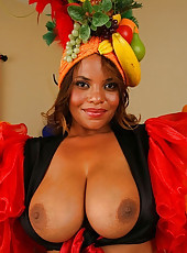 This sexy ebony babe shows us these amazing titties in these hot pics