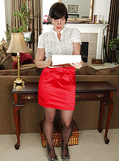 Redheaded housewife Moxy from AllOver30 strips after taking steno