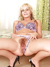 Hairy babe Alex gets her twat taxed