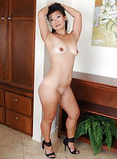 Exotic and elegant Samantha W strips off her dress and spreads