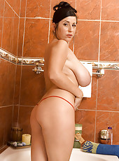 Natalie Gives You A Ringside Seat To Her Soapy Shower