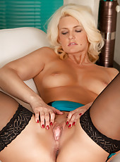 Horny Olivia Jayne strips down and spreads her mature juicebox