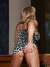 Bodybuilder Kat Connors shows here awesome body after being pro for 15 years.