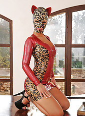 Puurrfect pussy cat babe in latex!