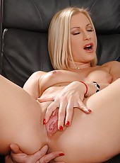 Newcomer toys her twat on the desk!