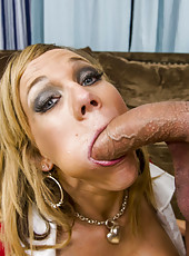Beautiful and horny milf Nikki Sexx gives and incredible blowjob