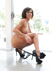 Veronica Avluv can not resist and takes big cock to suck it hard