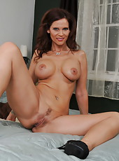 Milf with big tits Syren De Mer spreads her sexy slender legs in the bedroom