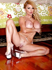Booty babe Taylor Wane stripping on camera and playing with her big tits