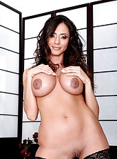 Passionate and elegant brunette lady Ariella Ferrera rubs her sweet pussy