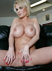 Horny blonde mommy Diamond Foxxx rubs her gorgeous ass and sweet tits