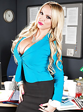 Ultra-curvy blonde milf Nikki Benz is a fabulous babe with amazing melons
