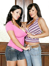 Moms with huge asses and big boobs Lisa Ann and Sienna West spreading their melons