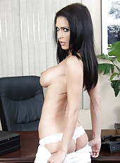 Sexy milf with fantastic figure Jessica Jaymes demonstrates her ideal lines