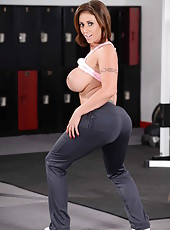 Ultra-busty milf Eva Notty gets naked during her morning sport exercises