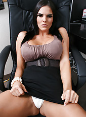 Hardcore brunette milf Mackenzee Pierce surprises with her giant tits in her office