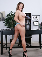 Pretty girlfriend Jenna Presley masturbates and gets pleasure