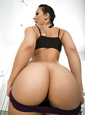 Winning babe Rachel Starr boxing and demonstrating her delicious butt